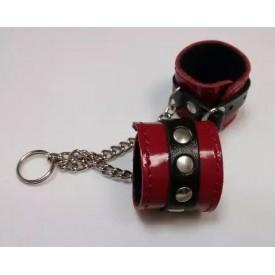 Брелок в виде красно-чёрных наручников